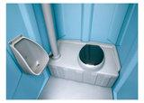 Mobiel toilet standaard voor een weekend_